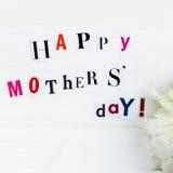 Ευτυχείς επιστολές ημέρας μητέρων που αποκόπτουν από τα περιοδικά και άσπρο Peoni στοκ φωτογραφίες