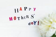 Ευτυχείς επιστολές ημέρας μητέρων που αποκόπτουν από τα περιοδικά και άσπρο Peoni στοκ φωτογραφίες με δικαίωμα ελεύθερης χρήσης
