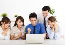 Ευτυχείς επιχειρηματίες που εργάζονται μαζί στη συνεδρίαση στοκ φωτογραφία με δικαίωμα ελεύθερης χρήσης