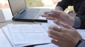 Ευτυχείς επιχειρηματίες που εργάζονται με την υπολογιστής-συνάντηση εγγράφων και lap-top στην έννοια εργασιακών χώρων γραφείων απόθεμα βίντεο