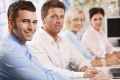 Ευτυχείς επιχειρηματίες στη συνεδρίαση στοκ φωτογραφία με δικαίωμα ελεύθερης χρήσης