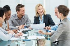 Ευτυχείς επιχειρηματίες στη συνεδρίαση στοκ φωτογραφία