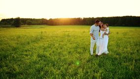 Ευτυχείς επτά περίπατοι στο ηλιοβασίλεμα στο πάρκο Άσπρα ενδύματα, ο ήλιος, καλοκαίρι