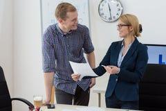 Ευτυχείς εργαζόμενοι στο γραφείο Στοκ φωτογραφία με δικαίωμα ελεύθερης χρήσης