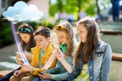 Ευτυχείς εφηβικοί φίλοι με τα smartphones υπαίθρια Στοκ φωτογραφία με δικαίωμα ελεύθερης χρήσης