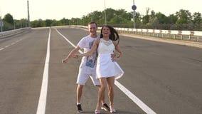 Ευτυχείς, εύθυμοι νέοι που χορεύουν σε έναν κενούς δρόμο και ένα γέλιο κίνηση αργή απόθεμα βίντεο