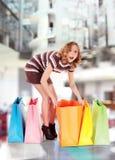 Ευτυχείς ζωηρόχρωμες τσάντες λεωφόρων αγορών έκπληκτες στοκ εικόνα με δικαίωμα ελεύθερης χρήσης