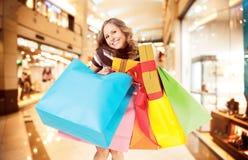 Ευτυχείς ζωηρόχρωμες τσάντες λεωφόρων αγορών στοκ φωτογραφίες