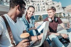 Ευτυχείς θετικοί σπουδαστές που μελετούν από κοινού Στοκ Εικόνες