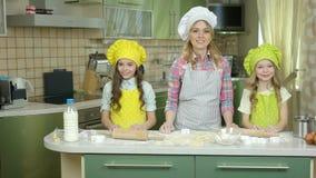 Ευτυχείς θηλυκοί αρχιμάγειρας και παιδιά απόθεμα βίντεο
