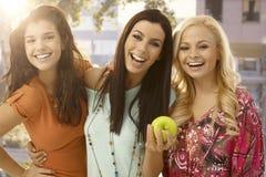 Ευτυχή κορίτσια που χαμογελούν υπαίθρια Στοκ εικόνα με δικαίωμα ελεύθερης χρήσης