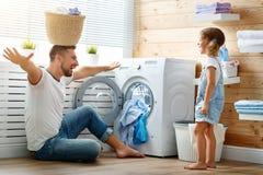 Ευτυχείς ιδιοκτήτης και παιδί πατέρων οικογενειαρχών στο πλυντήριο με στοκ φωτογραφία