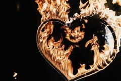 ευτυχείς καρδιές ημέρας καρτών που αγαπούν το βαλεντίνο του s δύο διαμορφωμένο καρδιά πυροτέχνημα στο μαύρο backgr Στοκ Εικόνα