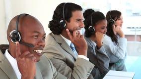 Ευτυχείς κεντρικοί πράκτορες κλήσης που μιλούν με τις κάσκες τους Στοκ φωτογραφίες με δικαίωμα ελεύθερης χρήσης
