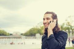ευτυχείς κινητές τηλεφ&omeg Στοκ εικόνα με δικαίωμα ελεύθερης χρήσης
