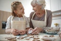 Ευτυχείς κορίτσι και γιαγιά που έχουν τη διασκέδαση στην κουζίνα Στοκ εικόνα με δικαίωμα ελεύθερης χρήσης