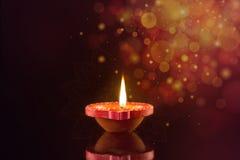 Ευτυχείς λαμπτήρες Diwali Diya αναμμένοι κατά τη διάρκεια του εορτασμού diwali στοκ φωτογραφίες