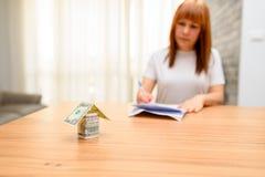 Ευτυχείς λογαριασμοί συνεδρίασης και υπολογισμού γυναικών στο Υπουργείο Εσωτερικών Σπίτι χρημάτων από το τραπεζογραμμάτιο δολαρίω στοκ εικόνες με δικαίωμα ελεύθερης χρήσης
