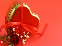 Ευτυχείς λουλούδια και καρδιές διακοπών ημέρας βαλεντίνων Στοκ φωτογραφία με δικαίωμα ελεύθερης χρήσης