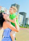 Ευτυχείς μητέρα και γιος Η μητέρα κρατά σε ετοιμότητα το παιδί της Στοκ Φωτογραφίες