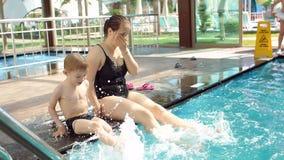 Ευτυχείς μητέρα και γιος που έχουν τη διασκέδαση στη λίμνη κατά τη διάρκεια των θερινών διακοπών φιλμ μικρού μήκους
