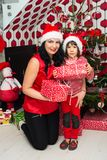 Ευτυχείς μητέρα και γιος Χριστουγέννων Στοκ φωτογραφίες με δικαίωμα ελεύθερης χρήσης