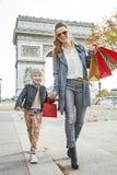 Ευτυχείς μητέρα και κόρη κοντά Arc de Triomphe που πηγαίνει προς τα εμπρός Στοκ Εικόνα