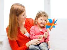 Ευτυχείς μητέρα και κόρη με το παιχνίδι pinwheel Στοκ φωτογραφίες με δικαίωμα ελεύθερης χρήσης
