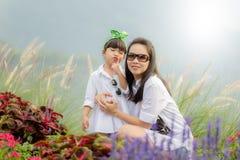 Ευτυχείς μητέρα και κόρη που γελούν μαζί υπαίθρια στοκ φωτογραφία με δικαίωμα ελεύθερης χρήσης
