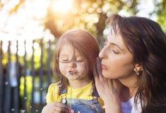 Ευτυχείς μητέρα και κόρη στη φύση στοκ φωτογραφία