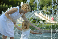 Ευτυχείς μητέρα και κόρη στο πάρκο στοκ εικόνα
