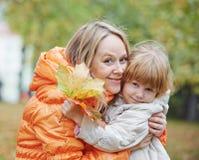Ευτυχείς μητέρα και κόρη το φθινόπωρο Στοκ φωτογραφία με δικαίωμα ελεύθερης χρήσης