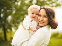 Ευτυχείς μητέρα και κόρη στοκ φωτογραφία με δικαίωμα ελεύθερης χρήσης