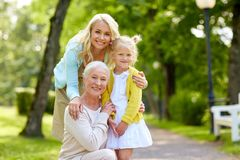 Ευτυχείς μητέρα, κόρη και γιαγιά στο πάρκο στοκ εικόνες με δικαίωμα ελεύθερης χρήσης