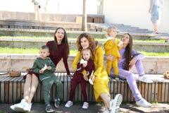 Ευτυχείς μητέρες με τα παιδιά μοντέρνο sportswear στο οικογενειακό ύφος στοκ εικόνες