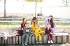 Ευτυχείς μητέρες με τα παιδιά μοντέρνο sportswear στο οικογενειακό ύφος στοκ φωτογραφίες