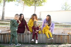 Ευτυχείς μητέρες με τα παιδιά μοντέρνο sportswear στο οικογενειακό ύφος στοκ φωτογραφία με δικαίωμα ελεύθερης χρήσης