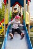 Ευτυχείς μπαμπάς και κόρη στην παιδική χαρά στοκ φωτογραφίες με δικαίωμα ελεύθερης χρήσης