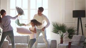 Ευτυχείς μπαμπάς mom και κόρη παιδάκι που έχει την πάλη μαξιλαριών απόθεμα βίντεο