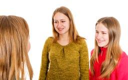 Ευτυχείς νέες αδελφές Στοκ εικόνα με δικαίωμα ελεύθερης χρήσης