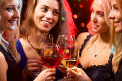 Ευτυχείς νέες γυναίκες με τα ποτήρια της σαμπάνιας Στοκ εικόνες με δικαίωμα ελεύθερης χρήσης