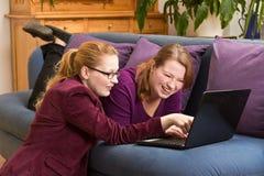 Ευτυχείς νέες γυναίκες με το lap-top Στοκ Φωτογραφία