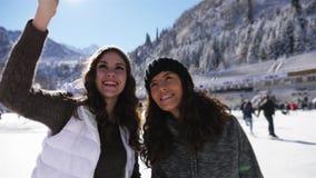 Ευτυχείς νέες γυναίκες που κάνουν selfie με κινητό τηλέφωνο, αστεία κάνοντας πατινάζ κορίτσια πάγου απόθεμα βίντεο