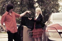 ευτυχείς νέες νεολαίες ζευγών αυτοκινήτων Στοκ Φωτογραφίες