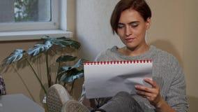 Ευτυχείς νέες σημειώσεις γραψίματος γυναικών σπουδαστών, ενώ έχοντας τον καφέ απόθεμα βίντεο