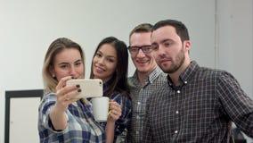 Ευτυχείς νέοι αρχιτέκτονες που παίρνουν τα αστεία selfies στην αρχή φιλμ μικρού μήκους