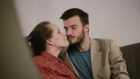Ευτυχείς νέοι εραστές που τρίβουν τις μύτες, χαμόγελο, που φιλούν σε ένα μάγουλο απόθεμα βίντεο