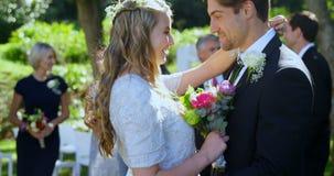 Ευτυχείς νέοι νύφη και νεόνυμφος που αγκαλιάζουν ο ένας τον άλλον 4K 4k φιλμ μικρού μήκους