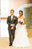 Ευτυχείς νέοι νύφη και νεόνυμφος στη ημέρα γάμου τους Στοκ φωτογραφία με δικαίωμα ελεύθερης χρήσης