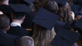 Ευτυχείς νέοι που βαθμολογούν από τις πανεπιστημιακές, ελπιδοφόρες ευκαιρίες σταδιοδρομίας απόθεμα βίντεο